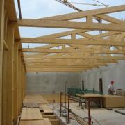 Charpentier sur le chantier du collège Lumière à Besançon (25) (agence d'architectes Quirot-Vichard - 2007).