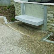 Muret intégrant mobilier - Boussières (25) (Pierre Lelu - architecte - 2000).