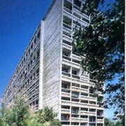 Façade de la Cité Radieuse de Le Corbusier à Marseille (13) 1955 montrant l'assemblage des appartements duplex.