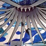 Cathédrale de Brasilia (Brésil) (Oscar Niemeyer - architecte - 1956-1963) extrait de Plans - Sections and Elevations - bâtiments majeurs du XXe - Richard Weston pour Le Moniteur.