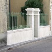 Mur bahut surmonté d'une grille en fer forgé - formant clôture - photo: Françoise Miller.