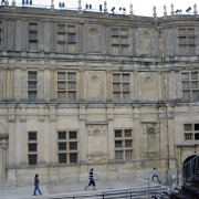Elévation du château de Grignan présentant des travées de niches superposées - photo: Françoise Miller.