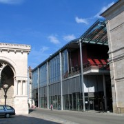 Ordonnance de la façade du Marchè Beaux-Arts (Jean-Pierre Varin - architecte - 2002) Besançon (25) photo: Karine Terral.