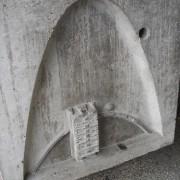 Représentation sur un bloc de béton de la Cité radieuse de Le Corbusier à Firminy (62) de la course du soleil et de l'orientation de l'immeuble - photo: Karine Terral.