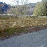 Parapet en pierre de route départementale - photo: Françoise Miller.