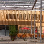 Panneaux photovoltaïques servant également de pare-soleil pour la place de la mairie - Ludesch (Autriche) (Kaufmann - 2005) photo: Karine Terral - 2006.