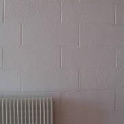 Mur de parpaings peints.
