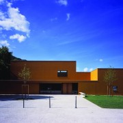 Parvis de la salle polyvalente de Beure (25) (Quirot-Vichard architectes - 2005) photographe: Nicolas Waltefaugle.