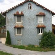 Peau d'une maison dans le Jura (39) en écaille de talvane - photo: Odile Besème.