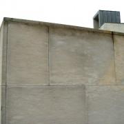 Plaques de pierres collées sur un mur de béton du lycée Condé - Besançon (25) (Quirot-Vichard - architectes - 1990-1998) photo: Karine Terral.