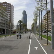 Piste cyclable sur une avenue de Barcelone - photo: Christine Belliard-Roman.