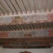 """Plafond """"à la française"""" avec poutres peintes - photo: Françoise Miller."""