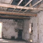 Plancher en partie ruiné - faisant apparaître poutres - solives et parquet en planche (éléments en bois qui le constituent de bas en haut) photo: Françoise Miller.