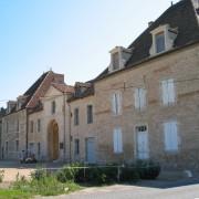 Accès à la ferme de l'abbaye de La Ferté par une porte charretière - portail monumental percé dans le porche d'entrée à la cour - photo: Françoise Miller.