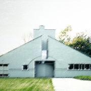 Maison de style postmoderne (Robert Venturi - 1962). Pour Venturi - l'édifice doit être riche de sens - de symbole - de références : ici la cheminée  symbole de la famille - le triangle du toit à 2 pans rappelle le fronton classique - l'asymétrie des fenêtres fait référence aux modernes…