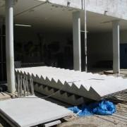 Standardisation de cet escalier en béton préfabriqué - chantier du collège de Maîche - 2006 - photo: Karine Terral.