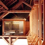 Chevrons de la charpente traditionnelle de la ferme des Marcassins sur laquelle a été rapportée des éléments contemporains industrialisés (70) (Amiot et Lombard - architectes - 2004) photographe: Nicolas Waltefaugle.