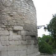 Vestige des remparts romains de la ville d'Arles - photo: Odile Besème.