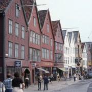 Maisons de ville a plusieurs étages - leurs rez-de-chaussées ou 1ers niveaux sont aménagés en commerces - Bergen (Norvège) photo: Thierry Voelckel.
