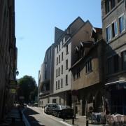 Vieille maison dans la rue d'Arènes - Besançon (25) dont l'étage est en encorbellement par rapport à l'alignement du rez-de-chaussée - photo: Karine Terral.