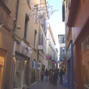 Rue piétonne du centre ancien de Nîmes (30) photo: Françoise Miller.