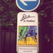 Signalisation d'une station d'un itinéraire « Pédibus ».
