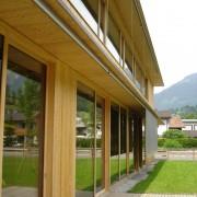 Stores en toile intégrés à la conception du bâtiment et commandés électriquement depuis l'intérieur des bureaux du Centre communal de Ludesch (Autriche) (Hermann Kaufmann - 2005) photo: Maison de l'architecture de Franche-Comté - 2006.