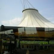 Couverture d'une salle d'exposition par une structure tendue (Autriche) photo: Maison de l'architecture de Franche-Comté - 2006.