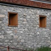 Tableau en bois d'une ouverture de l'agence Frick and Frick à Röthis (Autriche) (Reinhardt Drexel - architecte - 2001) photo: Maison de l'Architecture de Franche-Comté.