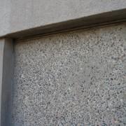 Différents textures de la façade en béton de l'usine Dodane à Besançon (25) (Yves Perret - 1945) photo: Karine Terral.