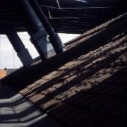 Toit en tuile surmonté d'un toit métallique - Centre d'Arts contemporains « Le Fresnoy » - Tourcoing (59) (Bernard Tschumi - 1998) photo: Martine Bretonnier.