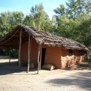 Au village préhistorique du Musée de la préhistoire de Quinson (Alpes-de-Haute-Provence) reconstitution d'une habitation du néolithique en bois et torchis - photo: Françoise Miller.