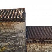 Couverture de tuiles creuses (à gauche) et couverture de tuiles romanes (à droite) photo: Françoise Miller.