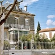 Clôture d'une maison de village constituée d'un mur bahut en pierre et d'une grille en fer forgé (30) photo: Françoise Miller.