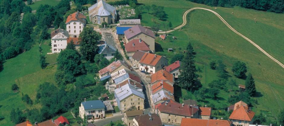 Vue aérienne des Bouchoux - village rue du Jura (39) photo: Jean-Pierre Gurtner.