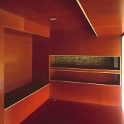 Agencement d'une chambre en panneaux de bois bakélisé. Source agence Amiot-Lombard.