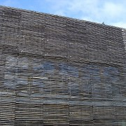 Détournement de l'utilisation de la ganivelle en brise soleil pour cet hôtel d'entreprise à Puceul (44) - Photographie du site des architectes Gobbé Loué Vazzoleretto.
