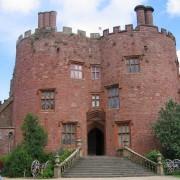Merlons et créneaux en brique du manoir Powis Castle du XVIIe au Pays de galles – photographie Picasa Albums Web.