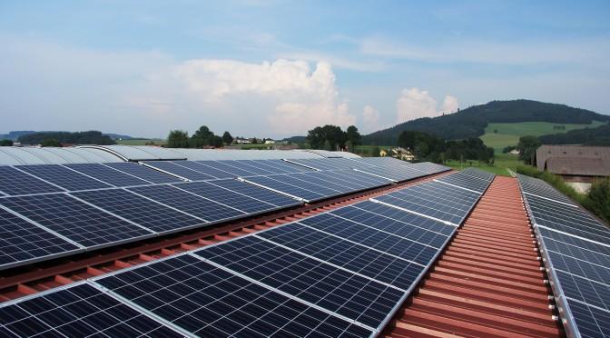 panneaux solaires devant une colline